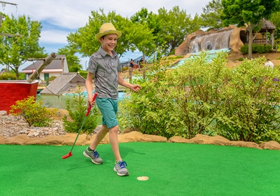 5 Reasons to Hire Mini Golf Course Designers for Your Project